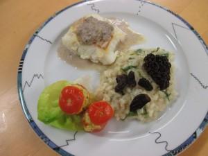 Dorschrückenfilet mit Pilzkaviar, überbackene gefüllte Tomaten, Kopfsalatrisotto mit gebratenen Morcheln